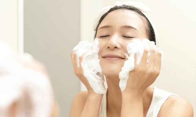 もちもち泡で洗顔する女性イメージ画像